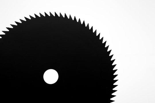 lame de scie circulaire noire sur fond blanc