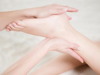 Détails mains pieds femme massage - concept soins du coprs