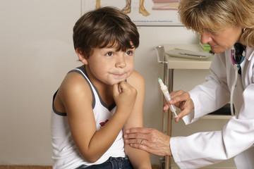 Ärztin gibt kleinen Jungen eine Spritze