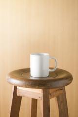 椅子の上に置かれたコップ