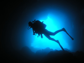 Tauchersilhouette vor Blauwasser