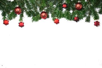 Rahmen aus Tannenzweigen mit roten Christbaumkugeln