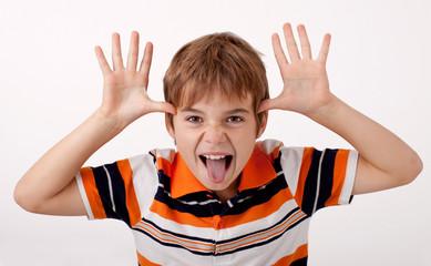 Frecher Junge zeigt die Zunge