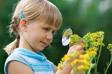 Fototapeta girl with magnifying glass obraz
