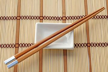 coupelle chinoise et baguettes sur set de table bambou