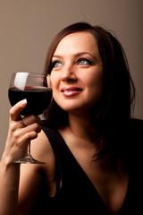 Donna con calice di vino