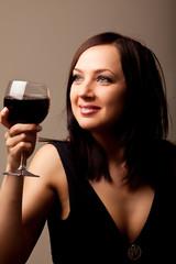 Donna sorridente con calice di vino rosso