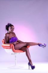 dunkelhäutige Frau zeigt Beine