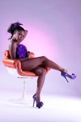 Frau zeigt nackte dunkle Haut und lange Beine