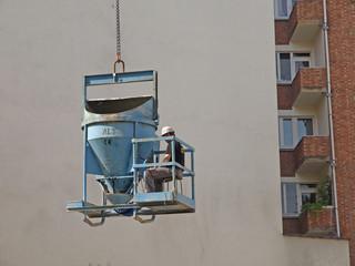 Bauarbeiter am Kran