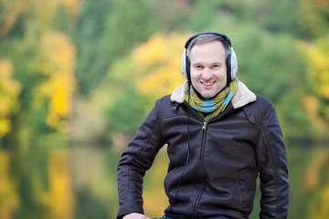mann mit kopfhörer in der natur