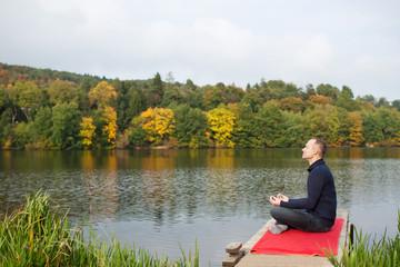 mann entspannt mit yoga