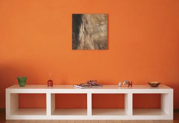 parete arancione con biblioteca