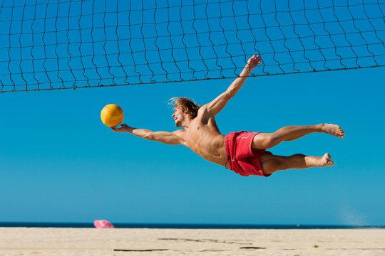 Beachvolleyball - Mann springt nach Ball
