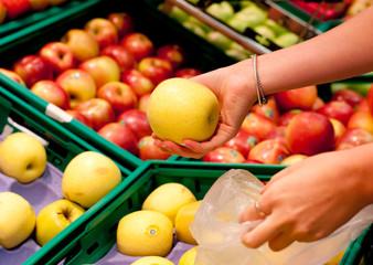 choix des fruits au supermarché