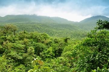 Montañas con selva tropical en Costa Rica