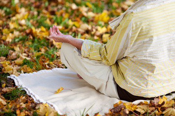 yoga im herbstwald