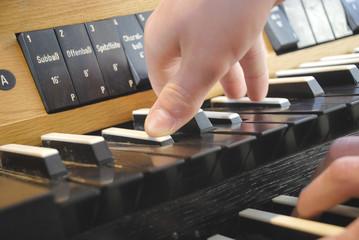 Hände spielen auf einer Kirchenorgel