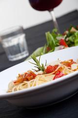 Rosmarin auf Spaghetti