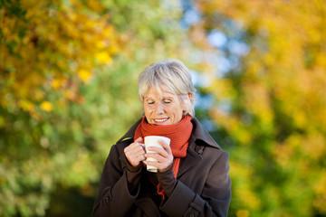 seniorin wärmt sich mit tee