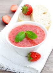 frische Erdbeermarmelade in Schale