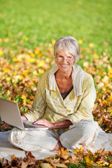 attrative seniorin mit laptop