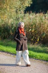 ältere frau geht spazieren