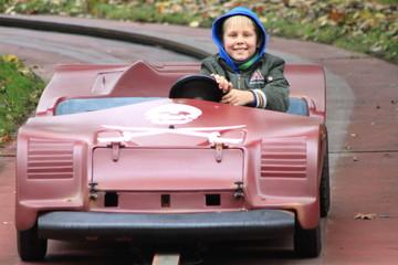 Ein kleiner Junge in einem Freizeitpark