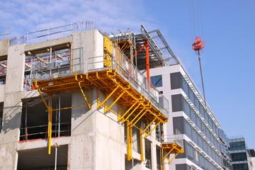 Immeuble en construction sur fond de ciel bleu