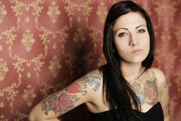 Tattoo & Piercing vor Tapete