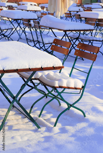 biergarten st hle und tische im winter stockfotos und lizenzfreie bilder auf. Black Bedroom Furniture Sets. Home Design Ideas