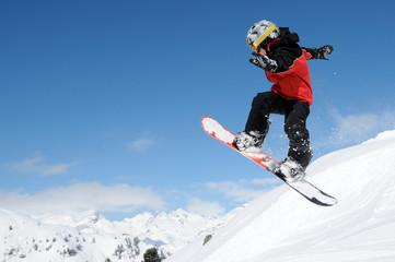 Junger Snowboarder im Funpark