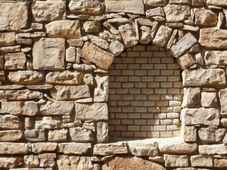Natursteinmauer mit Fenster