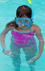 Child using a diving mask and a snorkel