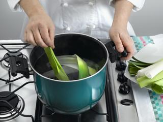 faire bouillir les feuilles de poireaux