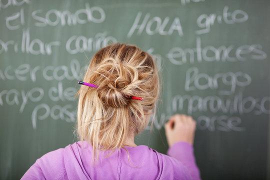 schülerin übt spanisch