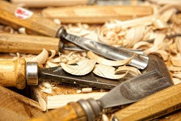 Werkzeug eines Schnitzers beim Handwerk