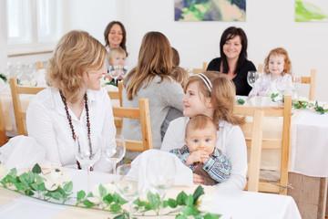 mutter und kinder beim familienfest