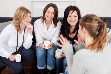 freundinnen auf dem sofa