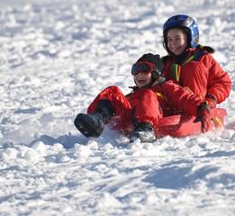 sport d'hiver descente d'enfants joyeux en luge