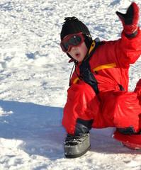 sport d'hiver enfant garçon qui s'amuse avec la neige
