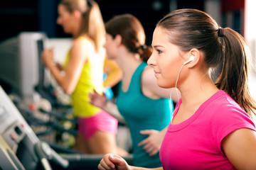 Leute laufen auf Laufband im Fitnessstudio
