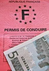 Permis de conduire et billet de cinq euros