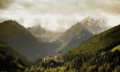 Alte Burg in Südtirol vor gewaltigem Bergpanorama