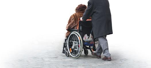 Rentner im Rollstuhl