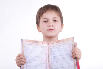 Мальчик показывает дневник