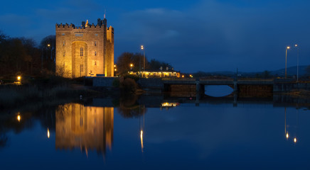 Fotorollo Schloss beautiful night time irish castle by water
