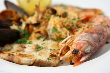 piatto di pesce con gambero