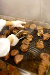 Cuisson de pavés de boeuf au restaurant