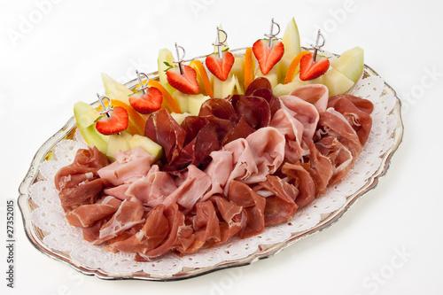 Schinkenplatte mit italienischem rohem und gekochtem schinken mi stockfotos und lizenzfreie - Wurstplatten dekorieren ...